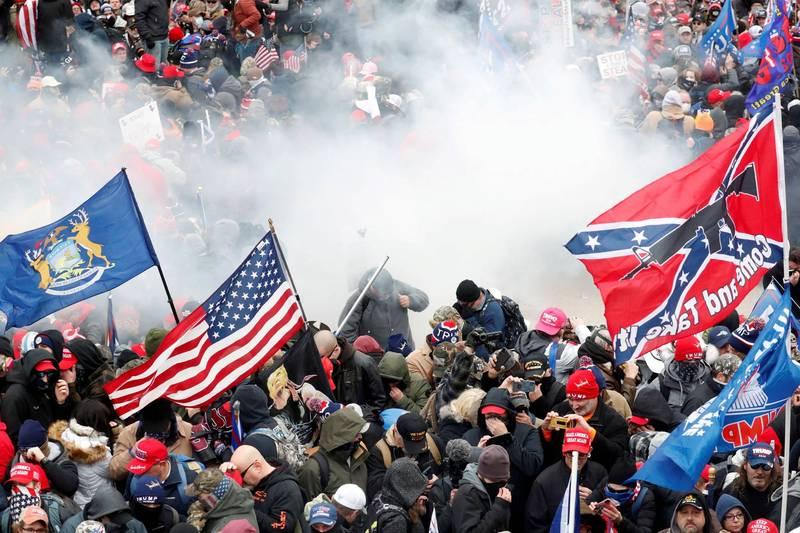 美國國會大廈當地時間6日發生大規模暴動,大批川普支持者闖入國會大廈,直到警方驅離前,群眾還一度占領議場。(路透)