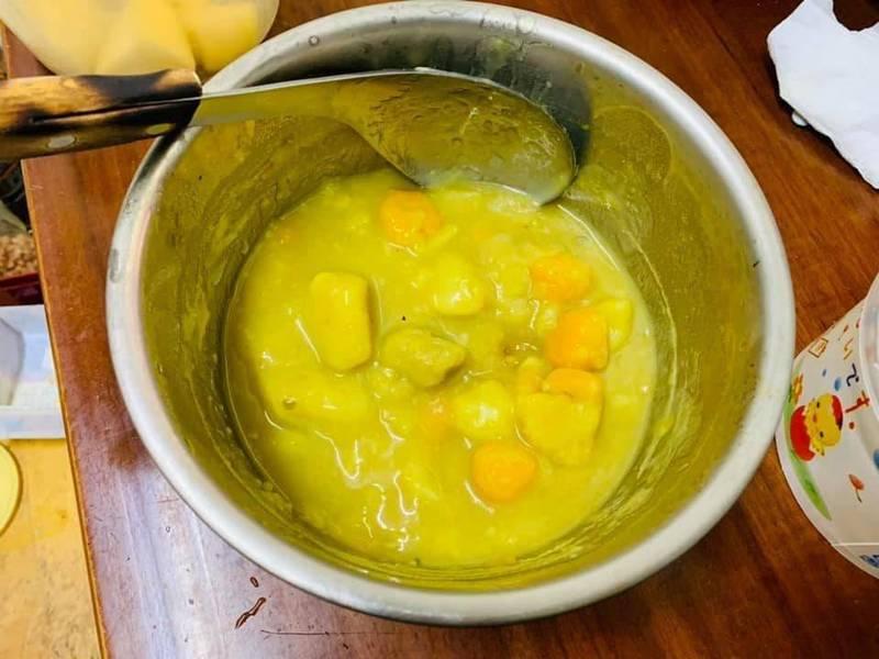 網友表示,這鍋看起來像咖哩的東西原來是「番薯芋圓湯」。(圖取自臉書社團「爆廢公社公開版」)