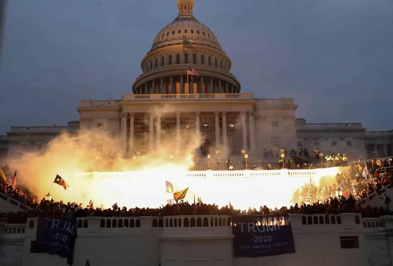 川普支持者在聯席會議舉行之際,在國會大廈外示威抗議。(路透)