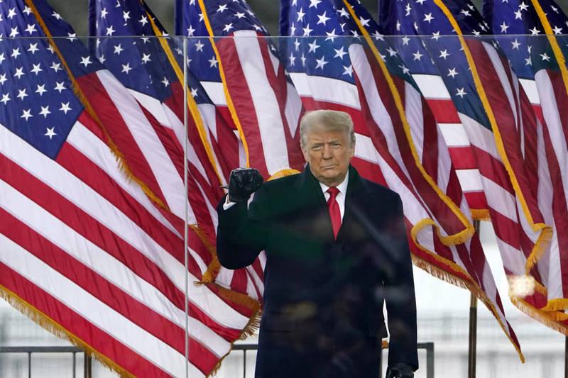 美國國會大廈6日下午爆發示威暴動,民主黨籍議員怒批川普煽動暴力,呼籲國會彈劾川普。(美聯社)