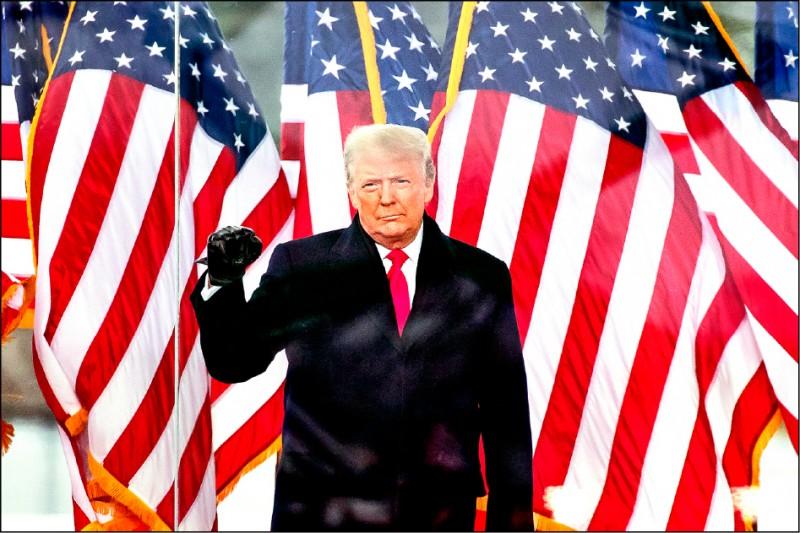 美國總統川普號召支持他的鐵粉,六日在國會所在的華府集結,引發「川粉」擅闖國會並造成人員死傷的鬧劇。圖為川普當天隔著一層防彈板,向這些支持者喊話。 (美聯社)