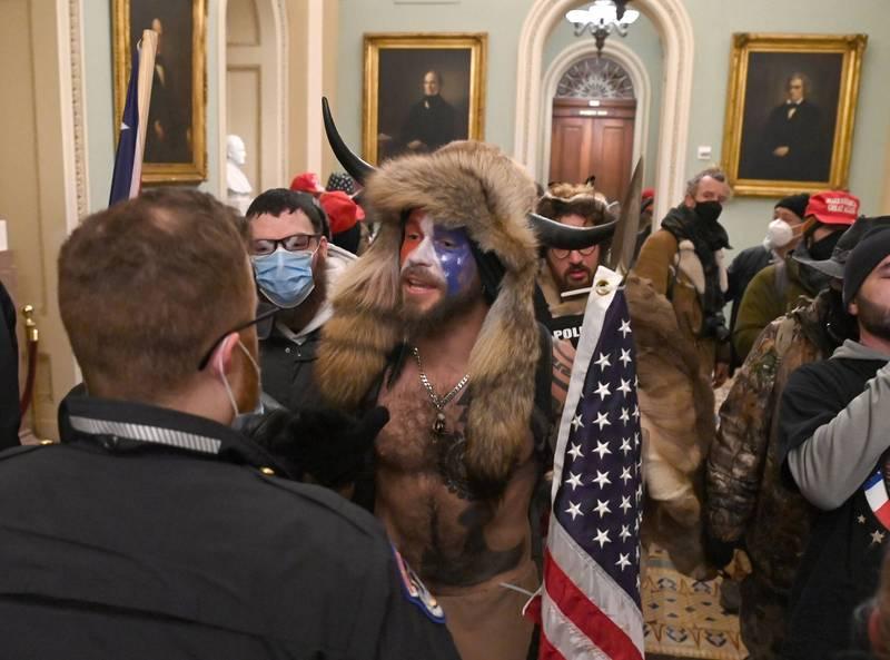 6日闖入國會的川普支持者遭遇一名維安人員。(法新社)