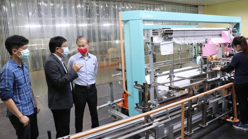 台南東纖引進自動穿綜設備,減輕中高齡工作負擔。(記者楊金城翻攝)