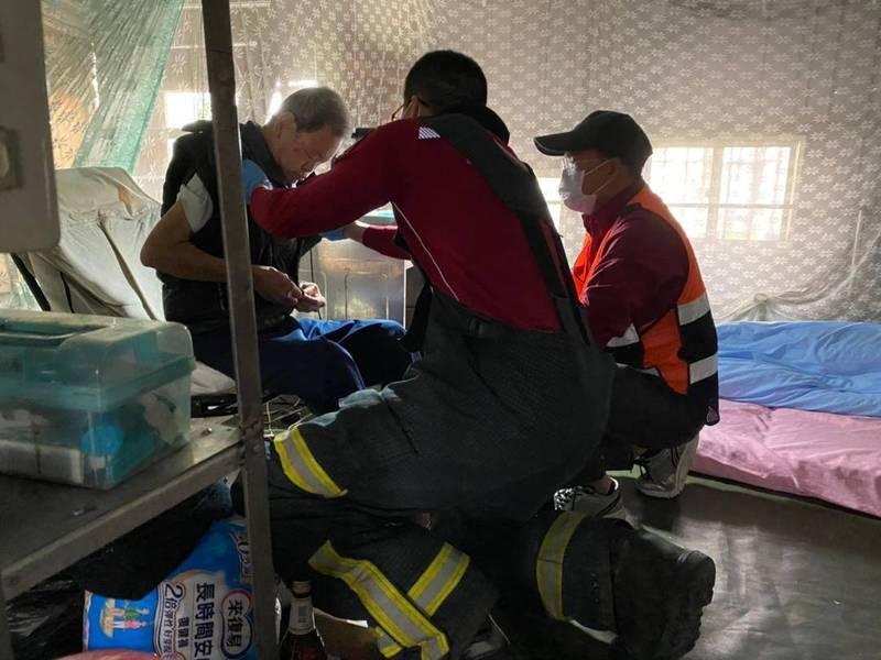 獨居老人雖意識清楚,但有感冒等症狀,消防員協助送醫。(圖由澎湖縣政府消防局提供)