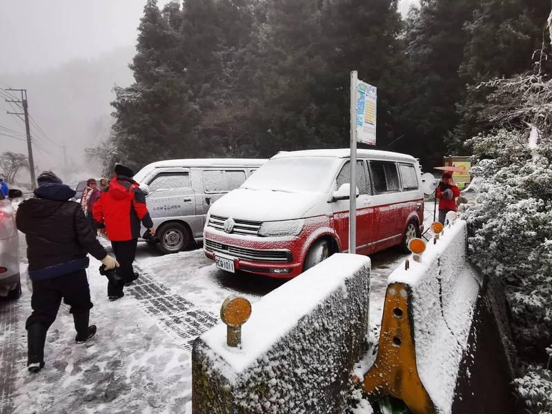 台7甲線45公里近宜蘭交界處的思源啞口,今早飄起白雪,車上覆滿白雪。(圖由民眾提供)