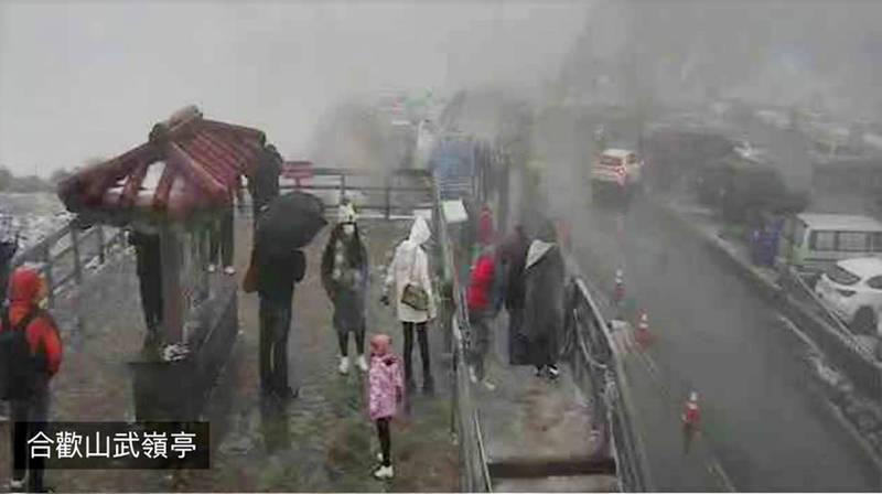 南投縣的高山合歡山武嶺下午已降到零下4度,其他也有不少地區降到5、6度。(圖擷自交通部公路總局)