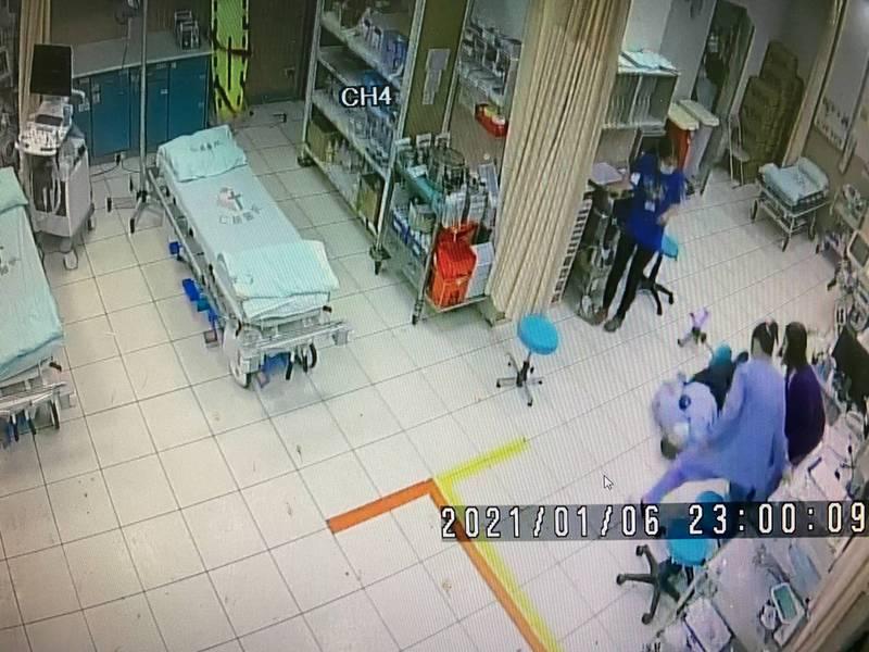 王姓保全員前一刻還安坐在椅子上接受急診室醫師問診,卻突然倒地陷入昏迷,醫護人員立刻緊急動員搶救。(記者黃美珠翻攝)