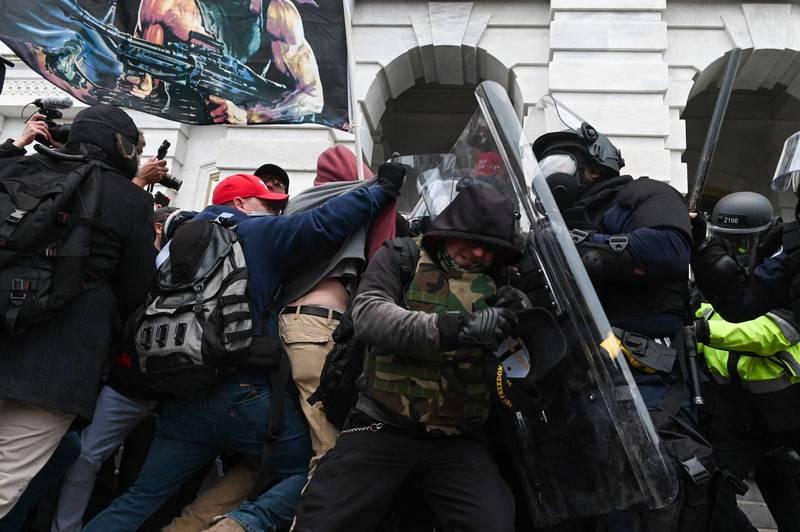 川粉本月6日強闖美國國會引發暴動,已知有4名抗議者死亡,今又有一名警員傷重不治。(法新社)