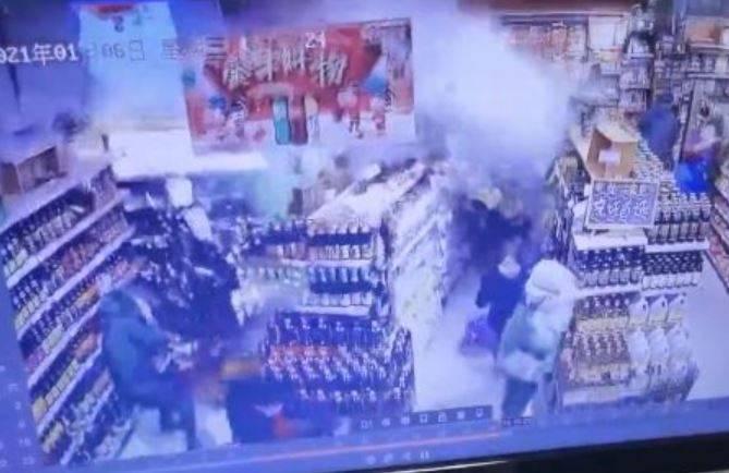 中國江西省南昌市近日出現一起驚人意外,一間超市牆面忽然倒塌。(圖翻攝自微博)