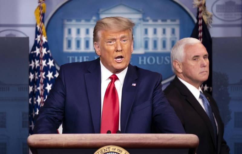 4名消息人士向《路透》指出,美國總統川普在白宮內越來越受到孤立,圖為川普(左)與美國副總統彭斯(右)。(歐新社資料照)