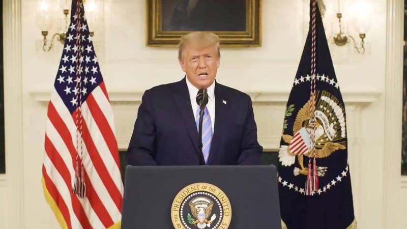 美國總統川普7日痛批闖入國會山莊的人「玷汙民主」,應該要受到懲罰,並且首度承認對手拜登為總統當選人,稱將會順利轉移政權。(路透)