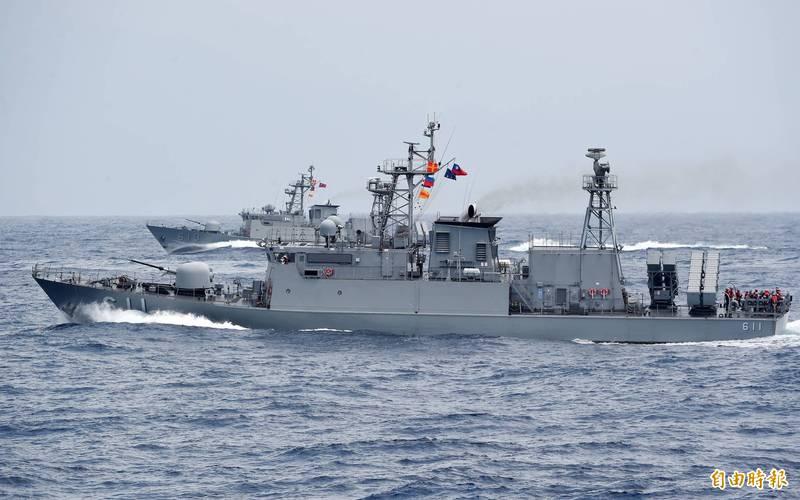 配合海軍新舊飛彈巡邏艦更新計畫,錦江級艦首艘軍艦錦江號(PGG-603),將在2月1日除役。圖為錦江級軍艦中的湘江艦(前)、金江艦(後),在一項演訓中投放深水炸彈執行緊急攻潛行動。(資料照)
