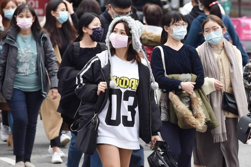 臉書粉專「台灣颱風論壇|天氣特急」今(8)日表示,「寒流達到顛峰還有30小時,嚴寒低溫續探5至7度」,而下一波寒流偏乾燥,「輻射冷卻效應會很明顯」。(資料照)