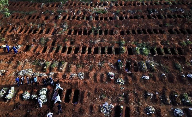 巴西聖保羅最大公墓「維拉福摩薩」去年5月22日緊急開挖大量墓坑放置武漢肺炎死者。(路透檔案照)