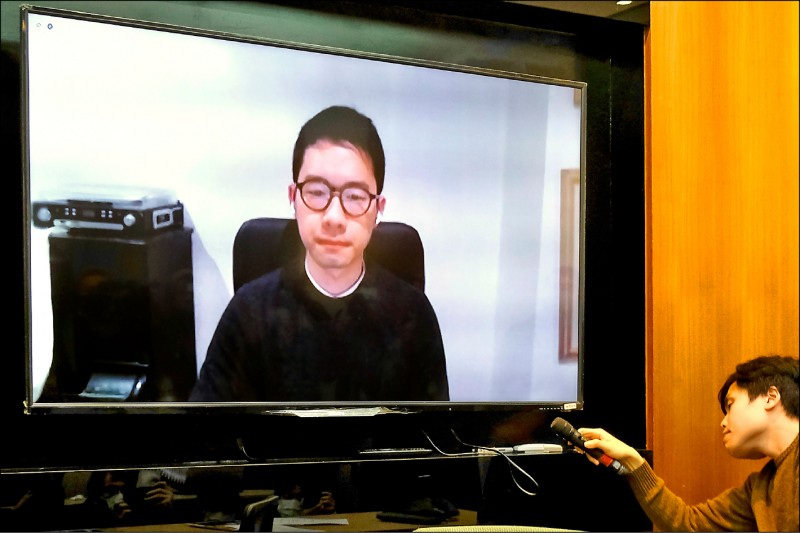 流亡英國的香港前議員羅冠聰,昨透過視訊呼籲台灣增加反滲透工作,對抗中共統戰。(法新社)