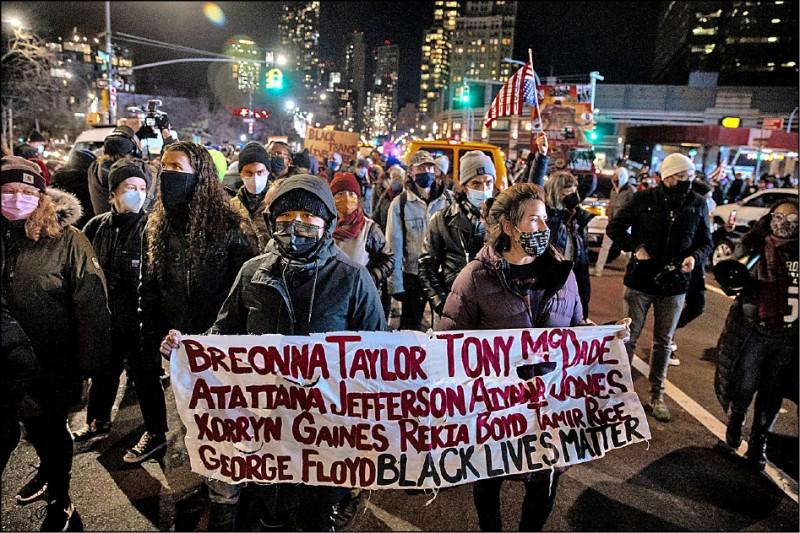 7日參與「要他滾蛋、捍衛民主」遊行的群眾,手持各式抗議標語走上紐約布魯克林街頭,要求川普下台。(路透)