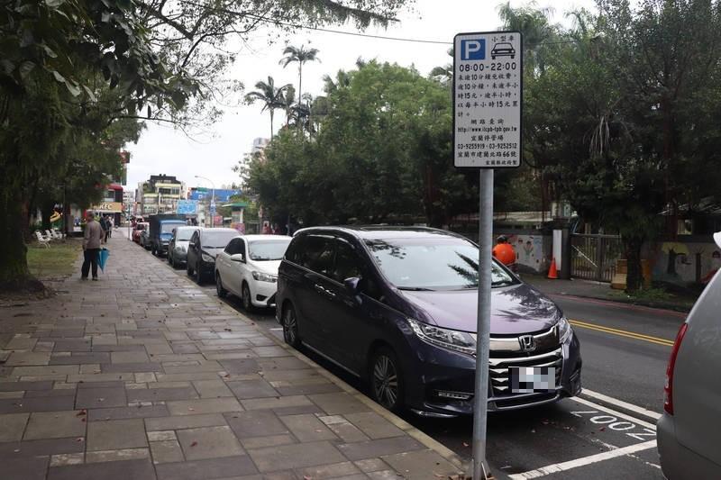 宜蘭縣約有924個路邊收費停車格,縣議員呂惠卿認為認為,應該推出月票制度,比較環保,也方便有需求的民眾繳費。(記者林敬倫攝)