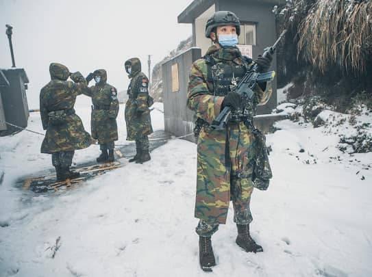 台北空軍高山站臺降下10公分的瑞雪,適逢營安演練,國軍不畏嚴寒,在雪地中進行操練。(圖擷取自空軍臉書)