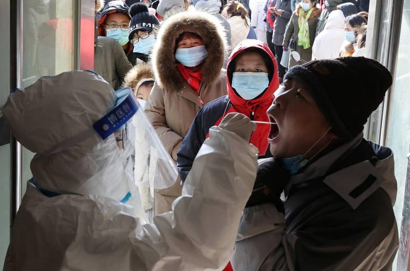 中國河北省石家莊市爆發武漢肺炎疫情,該市今日宣佈完成全市篩檢,公佈自6日到8日發現354例陽性案例。(路透)