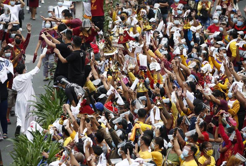 菲律賓萬人朝聖「黑拿撒勒人」,公衛專家擔憂未遵守防疫恐導致超級傳播、病例激增。(歐新社)