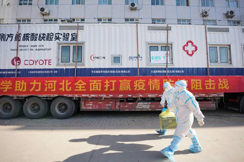 中國河北省石家莊市爆發疫情,昨日全市篩檢結果顯示疫情集中在藁城區,當局已嚴控物資車輛出入當地。(美聯社)