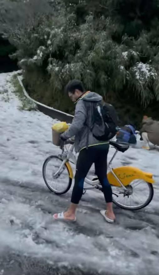 一名網友在《爆廢公社公開版》分享,在陽明山遇見「Ubike賞雪神人」。(圖擷自爆廢公社公開版)