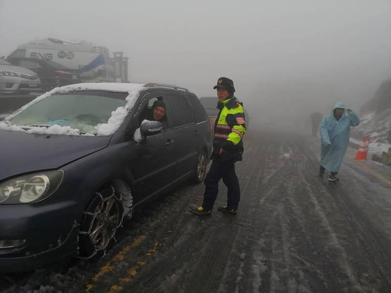 寒流來襲,台灣多處山區降雪,吸引不少追雪族上山賞雪。(保七總隊提供)