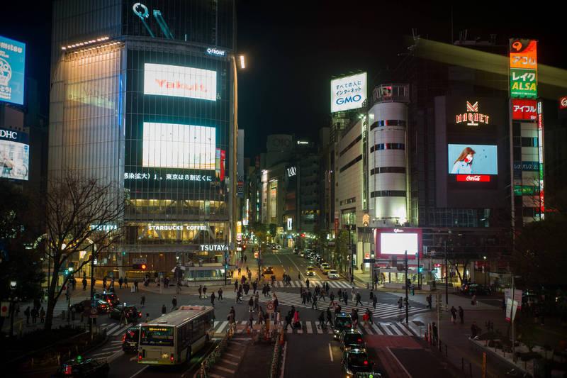 日本9日新增7790例武漢肺炎確診,連續第3日維持單日7000例以上,累計4035人死亡,且死亡人數直線上升。圖為東京街景。(彭博)