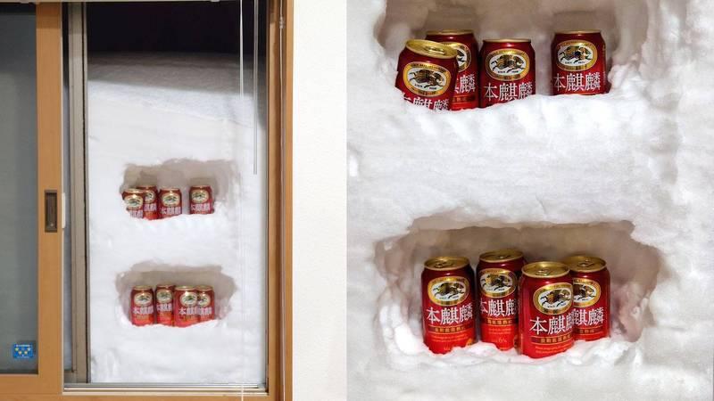 一名日本網友被大雪所困無法出門,沒想到他苦中作樂打開窗戶在「冰雪外牆」上挖出一個「天然冰箱」,吸引超過60萬網友按讚。(圖擷取自@no_name_20xx)