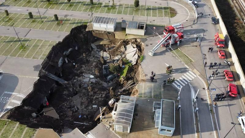 義大利那不勒斯Ospedale del Mare醫院的停車場,突然出現巨大天坑。(法新社)