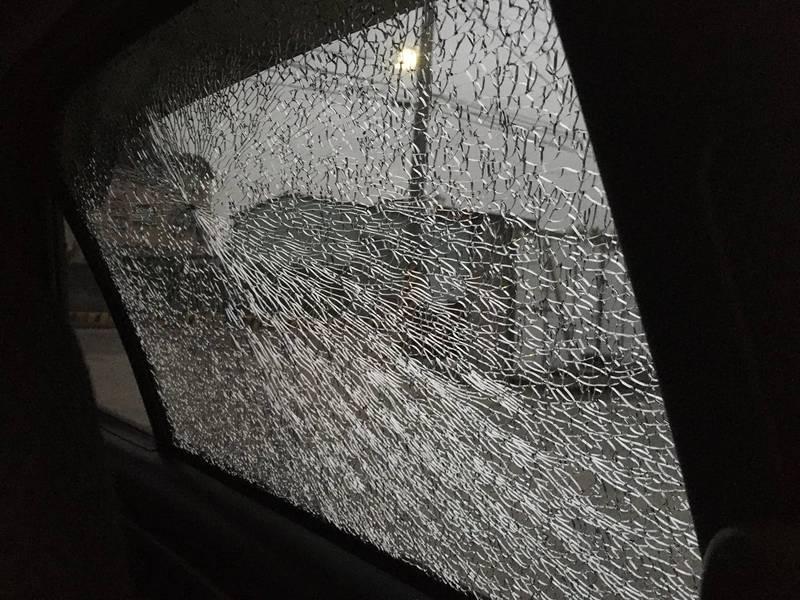 網友懷疑是氣溫過低,才導致車窗破裂。(圖取自臉書社團「爆怨公社」)