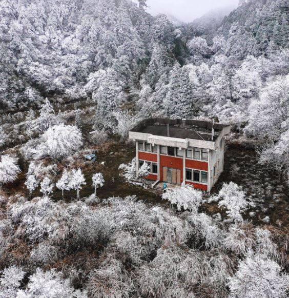 有網友在臉書社團分享一張被雪景包圍的「寂寞派出所」美照,彷彿一秒置身於北方雪國,「銀白仙境」美翻,讓許多網友大讚「美呆了」。(沈張鴻先生授權提供)