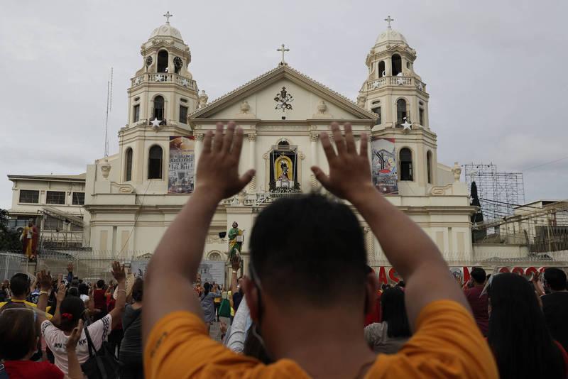 因應疫情菲律賓取消一年一度的「黑拿撒勒人出巡」,仍吸引萬人前往教堂參與禮拜活動。(美聯社)