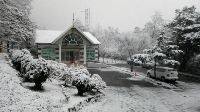 向陽山區下雪了,雪白美景令人驚嘆!(關山警分局提供)
