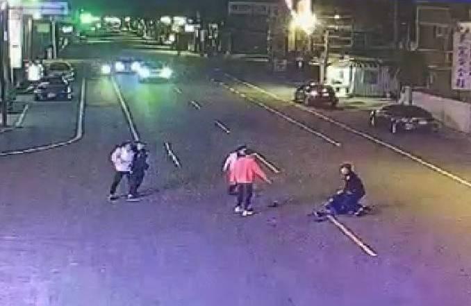 台南市安南區一家KTV於九日深夜發生打群架案,警方到場壓制嫌犯。(記者王俊忠翻攝)