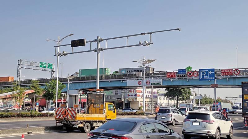 高雄路口科技執法建置再增前鎭、大寮2處,並增設LED顯示違規車車號。(記者黃良傑翻攝)