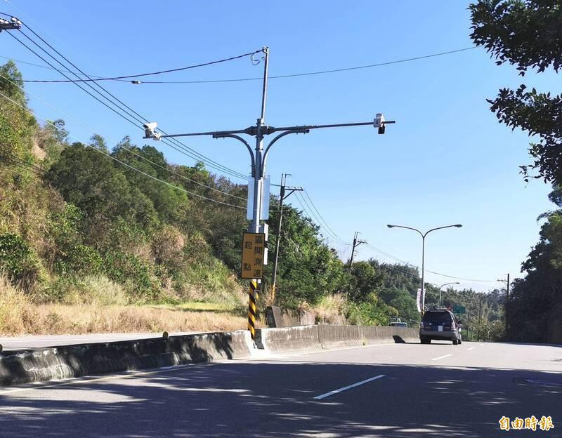 182線台南龍崎段「區間測速」系統已完成建置,設備正等待檢驗。(記者吳俊鋒攝)