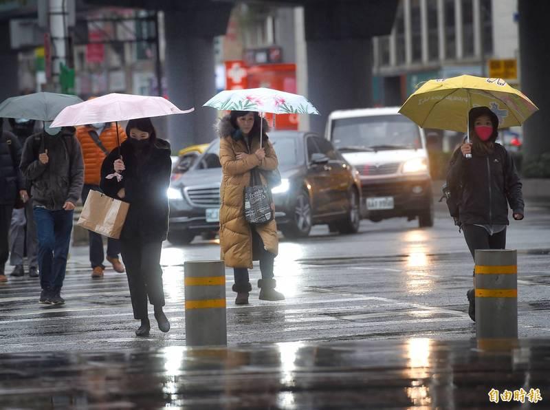 明日新一波寒流南下,各地最低溫將下探至9度,同時北台灣、花東及中南部山區皆有機率降雨。(資料照)