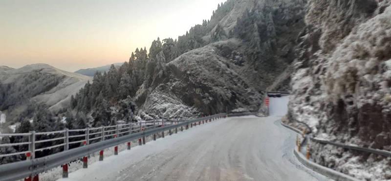合歡山今上午解除管制,但因路面結冰,翠峰到大禹嶺路段仍要加掛雪鏈。(中橫路況交通資訊站提供)