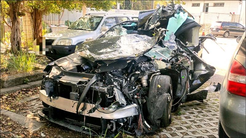 賓士車因車禍毀損相當嚴重。(記者蔡政珉翻攝)