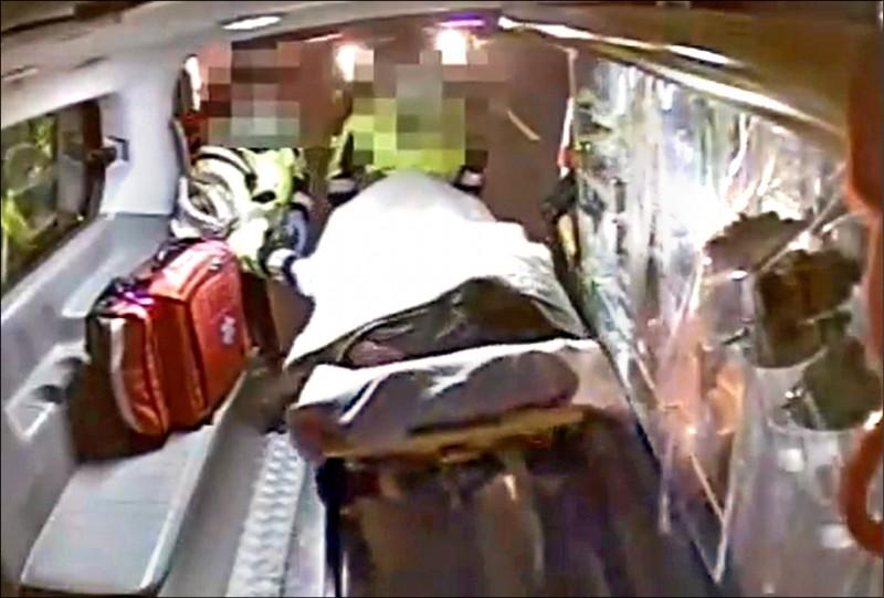 消防人員將中毒者推上救護車送醫。(記者歐素美翻攝)
