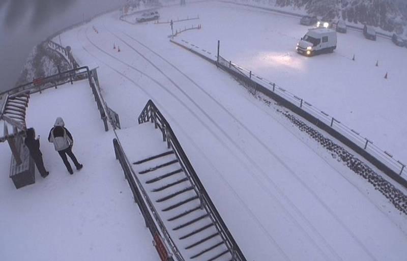 受新一波寒流影響,合歡山今晨再度飄雪了。(記者佟振國翻攝)