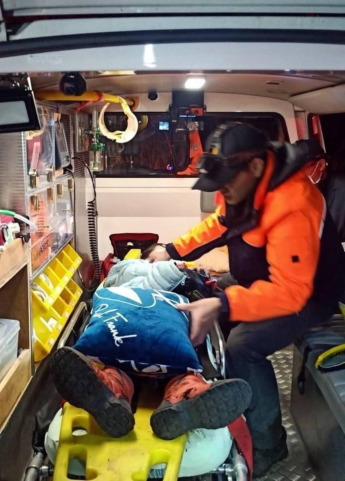 南投縣消防人員將墜落信義鄉烏士堀林道山谷的孩童救出送醫。(南投縣消防局提供)