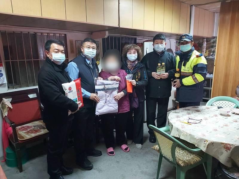 大甲警分局長李建興(左二)致贈民生物資,慰問關懷轄區弱勢。(記者歐素美翻攝)