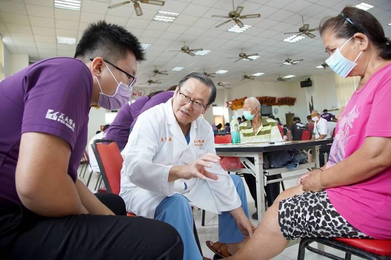 義大醫院院長杜元坤近10年每月到澎湖義診。(杜元坤提供)