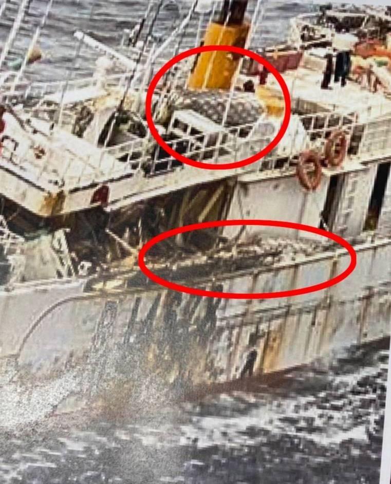 9日拍到的照片,碰墊被移到船上(2個圈圈處)。(漁業署提供)
