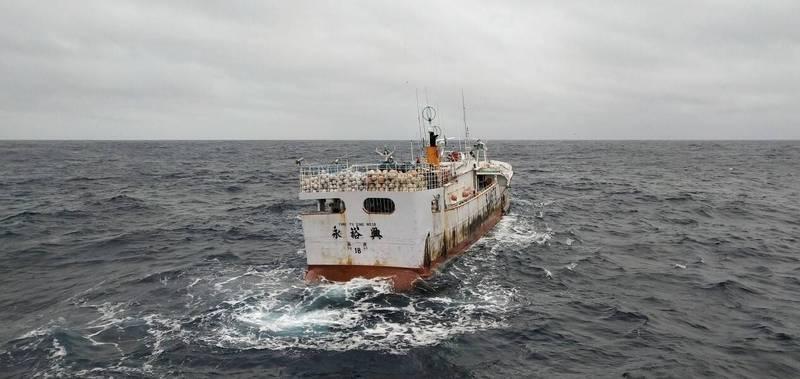 永裕興18號漁船(如圖)被台灣友船連鴻67號尋獲,拍下最新畫面。(圖由讀者提供)