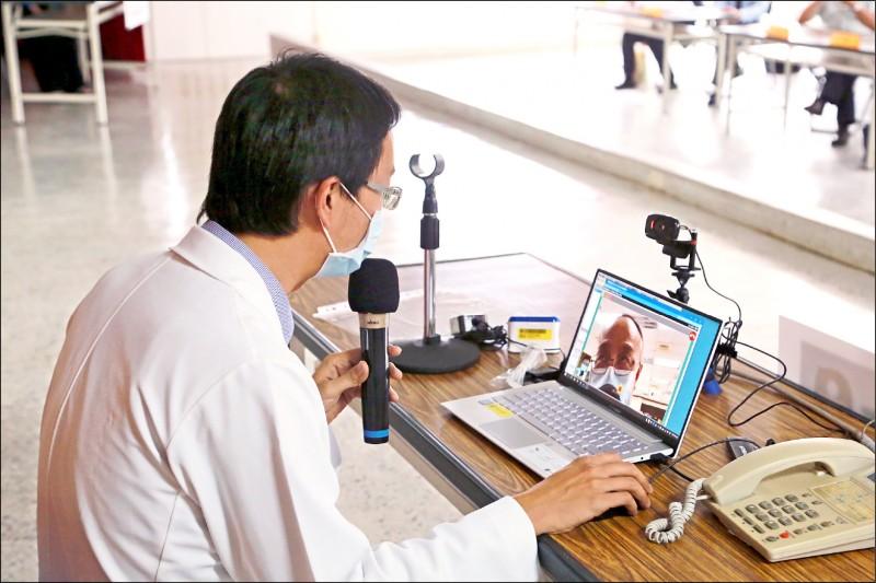 遠距醫療今年正式納入健保給付,初期適用山地離島等約五十個地區;圖為地方衛生局演練遠距問診。(資料照)