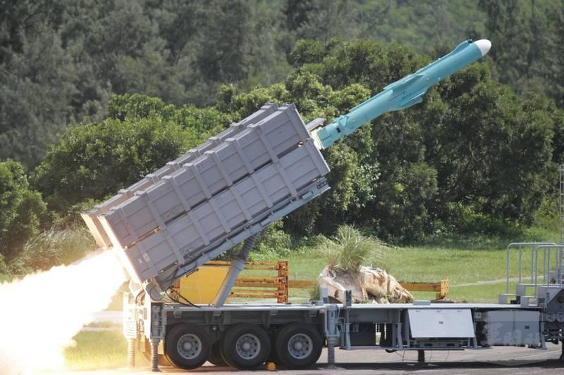由中科院產製的增程型雄2E巡弋飛彈,在去年年底撥交到空軍防空暨飛彈指揮部的特種飛彈旅服役,開始擔負戰備任務,這款增程型巡弋飛彈傳出射程可以達到1200公里,具備對中國大陸境內的源頭打擊戰力。圖為軍方在三軍聯合實彈射擊演訓時,雄風二型飛彈(見圖,取材自軍聞社)由機動發射後後命中目標。
