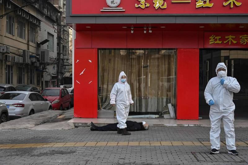 中國武漢肺炎已滿一週年,網友憂心區湖北省武漢市恐面臨二度封城,再次成為重災區。圖為去年1月30日有疑似病患倒臥武漢街頭。(法新社檔案照)